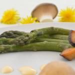 Grüner Spargel mit Kräuterseitlingen